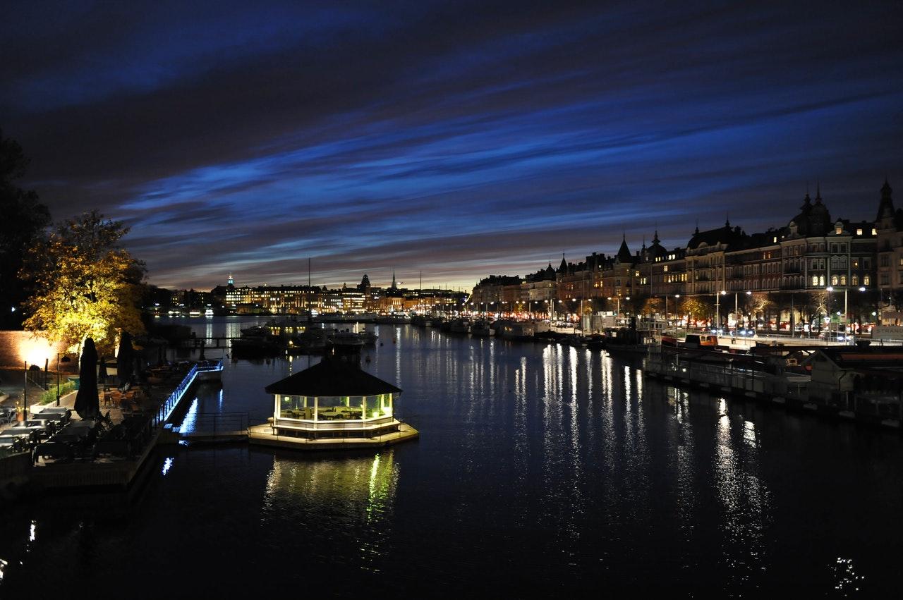 Från Stockholm avgår många båtar